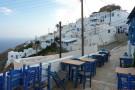 """Blaue Stühle vor der Taverne """"To Steki"""". Wenige Meter vom zentralen Dorfplatz."""