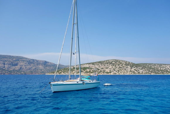 Einsamer Segler in der Bucht Ormos Amelias