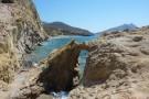 """Vom Felsentor aus Blick auf den vielleicht schönsten Strand """"Megalos Roukounas"""""""
