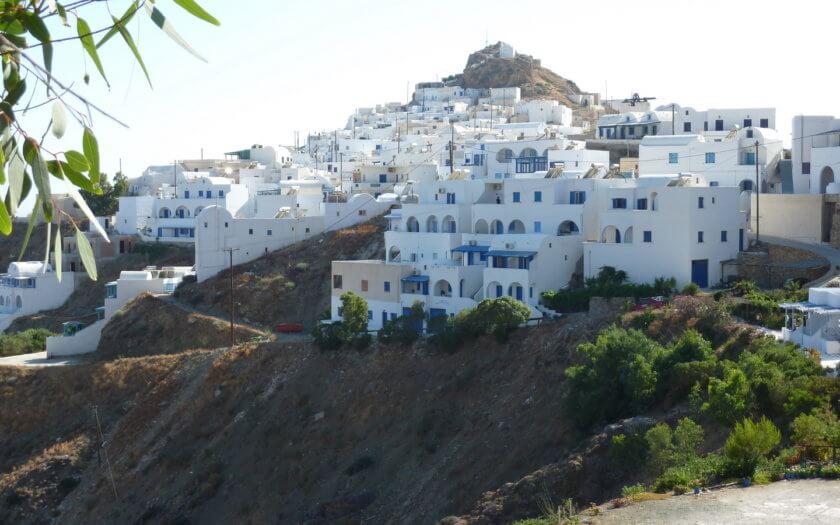 Typisches Kykladen Dorf in Anafi in Pittoresker Lage am Bergkamm
