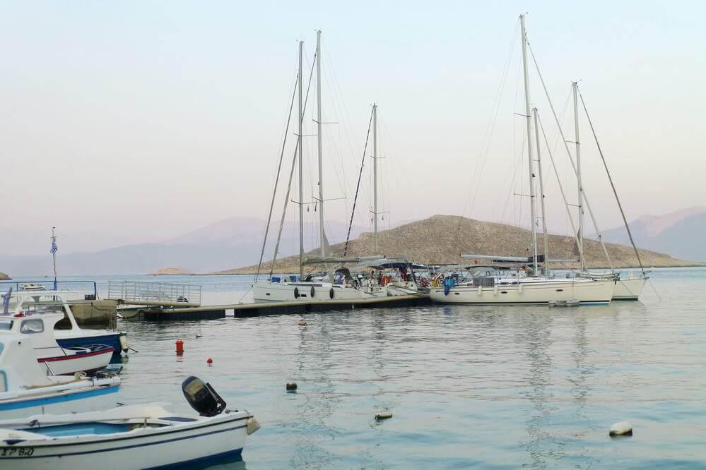 Schwimmsteg für Yachtis im Hafen von Chalki