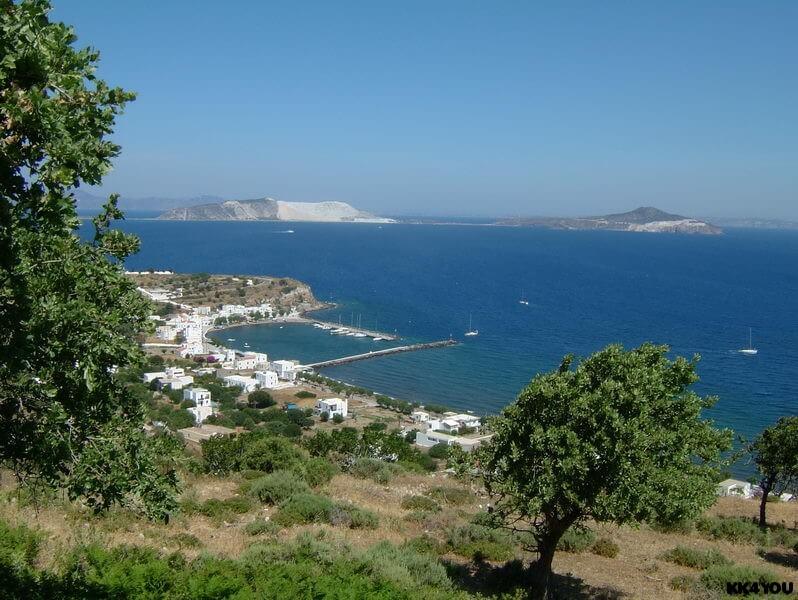 Nissyros -Blick zum Hafen Pali und zur Insel Gyali, wo Bims abgebaut wird