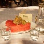 Krasi -Taverne Karis, Rakí und Obst werden kostenlos zum Nachtisch serviert