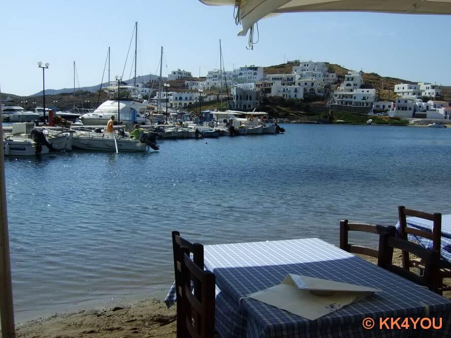 Loutra, Strand mit Restaurants, beliebter Treff Athener Yachten am Wochenende