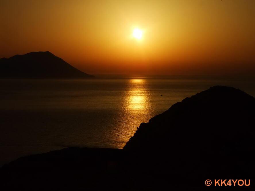 Sonnenuntergang über der Bucht von Milos