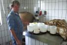 Hirte Alfred Berchtold bei der Käseproduktion