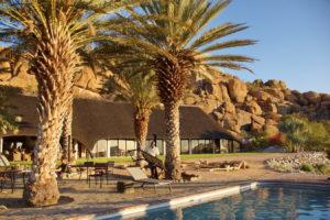 Pool und Hauptgebäude der Ai-Aiba Lodge