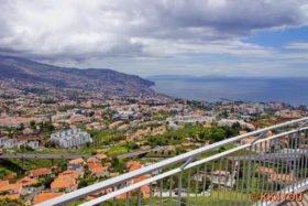 Blick auf Funchal mit Ponta de São Lourenço im Hintergrund