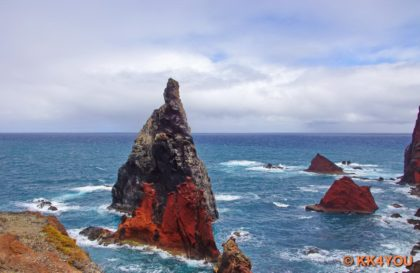 Brandung an den vorgelagerten Felsen des Aussichtspunkts ponto de vista