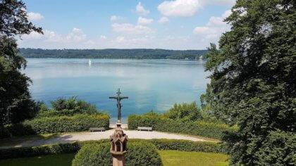 Radtour Starnberger See -Blick auf das Kreuz wo König Ludwigs Leiche gefunden wurde