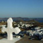 Ausblick von der Gipfelkapelle auf die Buchten rund um Milos