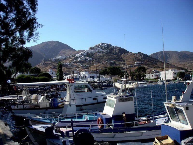 Serifos -Hafen Livadi, mit Blick zur Chora