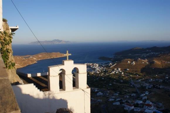 Serifos -herliche Aussicht von der Chora auf den Hafen Livadi