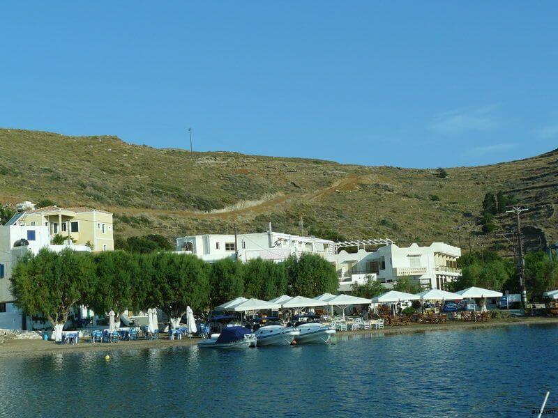 Kythnos -Loutron, Strand mit Restaurants, beliebter Treff Athener Yachten am Wochenende