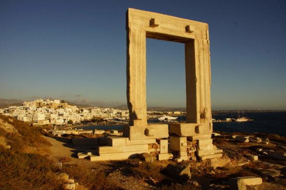 Segeltörn zwischen Kos und Naxos -Blick vom Tempeltor auf Naxos Stadt