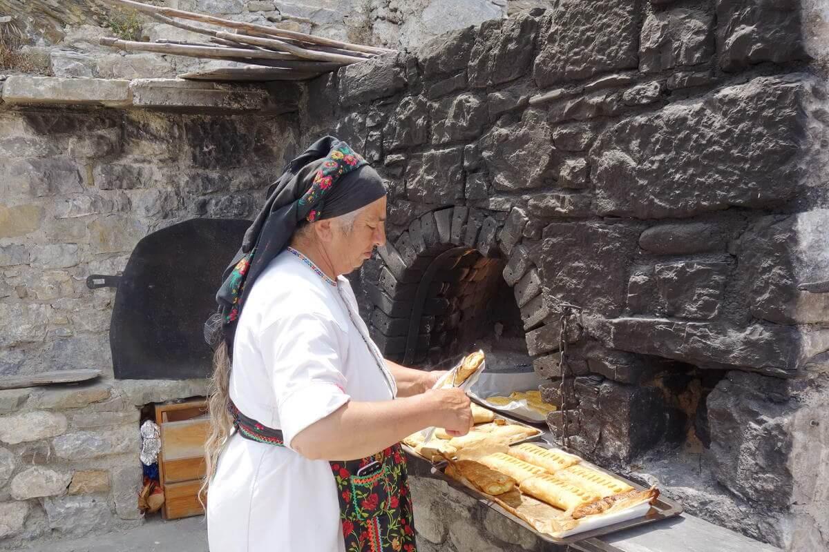Traditionspflege in Olymbos, Frauen in ihrer Tracht
