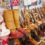 versteckt zwischen modernen Schuhen der traditionelle Stiefel von Karpathos