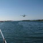 südlicher Kanal von Levkas, Wasserflugzeug im Landeanflug